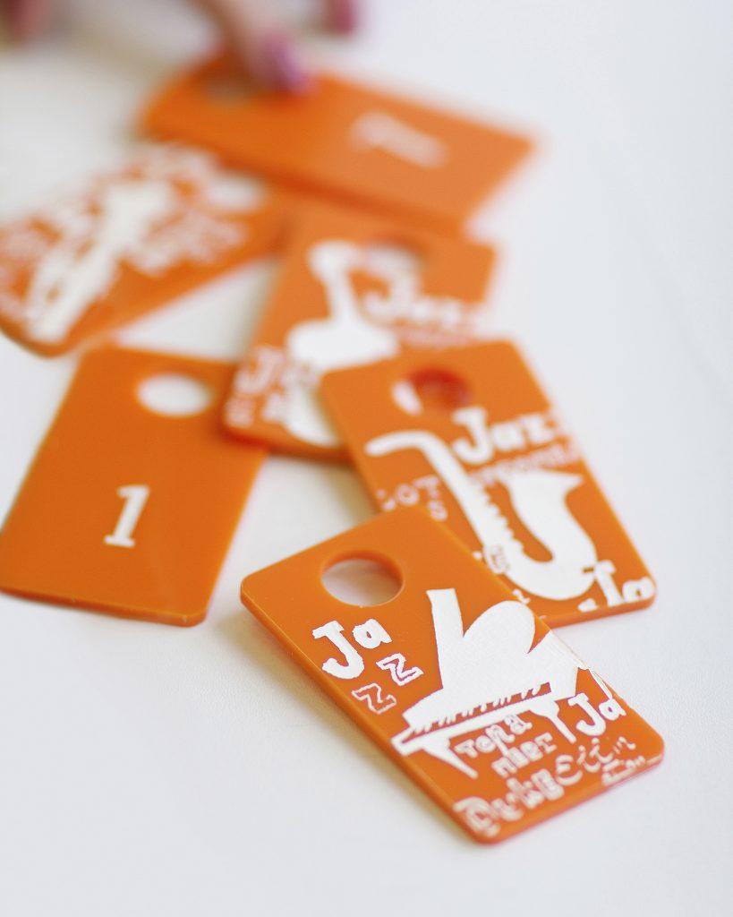 Дизайн номерка в гарбероб в фирменном стиле компании стоматология доктора Гордона JAZZ (Джаз) от агентства Мухина Дизайн (Muhina Design)